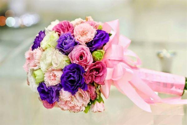 hoa cầm tay cô dâu bằng hoa cẩm chướng đẹp nhất