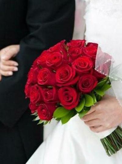 hoa cầm tay cô dâu bằng hoa hồng màu đỏ