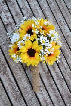 hoa cầm tay cô dâu bằng hoa hướng dương màu vàng