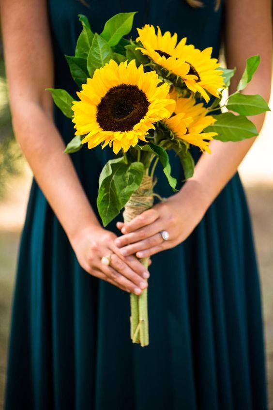 hoa cầm tay cô dâu bằng hoa hướng dương