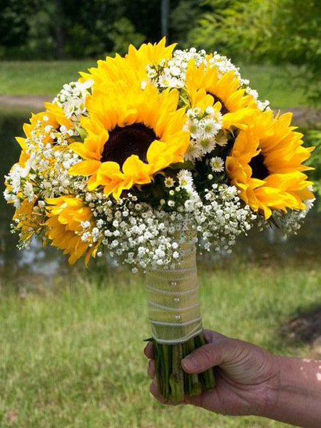 hoa cầm tay cô dâu bằng hoa hướng dương sang trọng