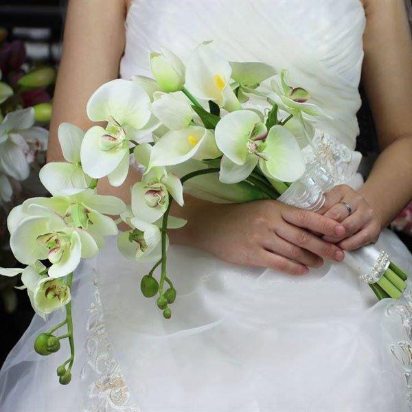 hoa cầm tay cô dâu bằng hoa lan trắng