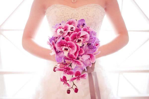 hoa cầm tay cô dâu bằng hoa lan