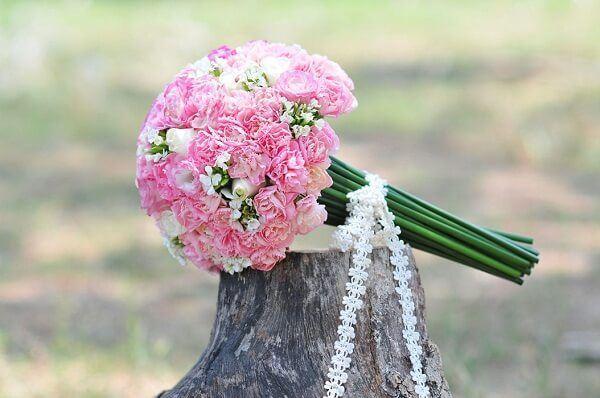 hoa cầm tay cô dâu bằng hoa cẩm chướng đẹp