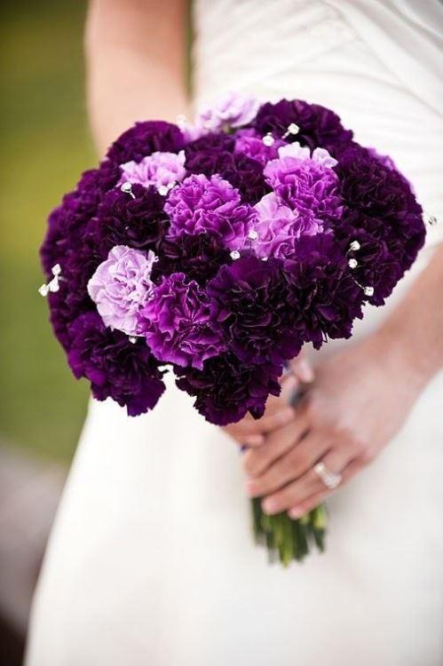 hoa cầm tay cô dâu bằng hoa cẩm chướng